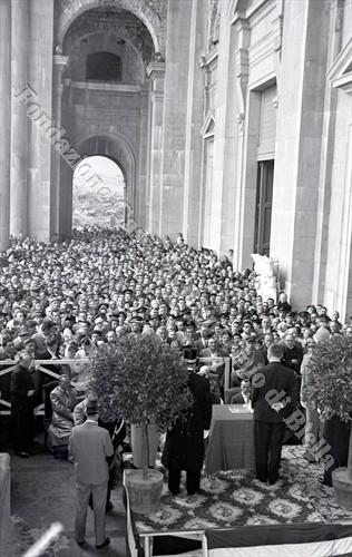I fedeli radunati sotto il pronao della chiesa per ripararsi dalla pioggia (Fondazione Cassa di Risparmio di Biella, archivio Lino Cremon)