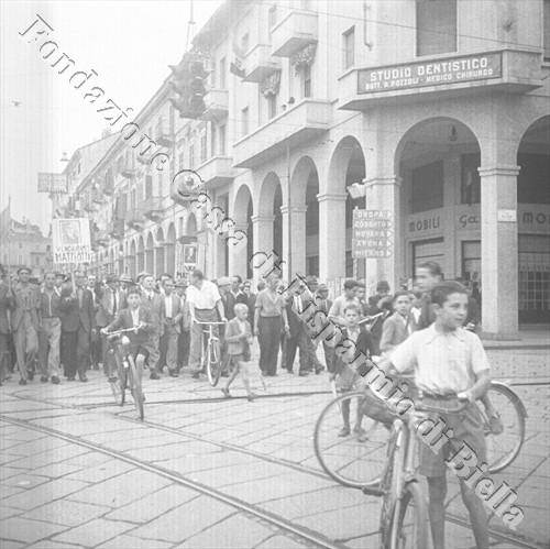 Il corteo con in testa Virgilio Luisetti sfila in piazza Vittorio Veneto (Fondazione Cassa di Risparmio di Biella, archivio Cesare Valerio)