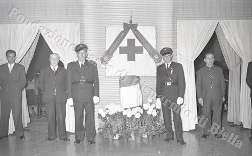 Omaggi floreali per i presenti (Fondazione Cassa di Risparmio di Biella, archivio Lino Cremon)