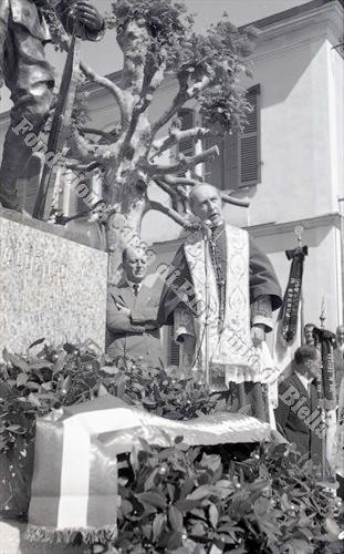 Mons. Rossi, vescovo di Biella, durante la cerimonia di inaugurazione (Fondazione Cassa di Risparmio di Biella, archivio Lino Cremon)