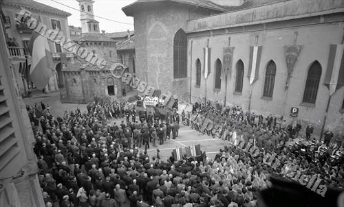Celebrazione della Messa al campo in piazzetta del Battistero (Fondazione Cassa di Risparmio di Biella, archivio Lino Cremon)