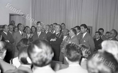 Beppe Mongilardi mentre pronuncia la sua orazione; al suo fianco l'on. Giuseppe Pella (Fondazione Cassa di Risparmio di Biella, archivio Lino Cremon)