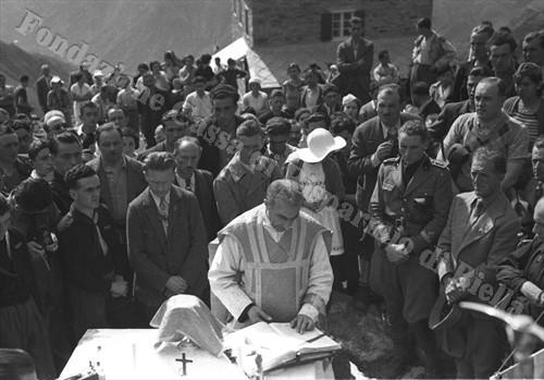 Il cappellano alpino don Arduino durante la Messa al campo (Fondazione Cassa di Risparmio di Biella, archivio Cesare Valerio)