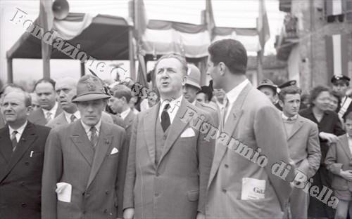 Il ministro Giuseppe Pella con il presidente dell'A.N.A. biellese Mario Balocco (Fondazione Cassa di Risparmio di Biella, archivio Lino Cremon)