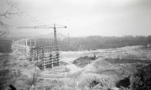 """I piloni della """"tangenziale"""" in costruzione (Fondazione Cassa di Risparmio di Biella, fondo Lino Cremon)"""