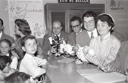"""La redazione di """"Eco di Biella"""" trasformata nella Banca del Giocattolo (Fondazione Cassa di Risparmio di Biella, archivio Lino Cremon)"""