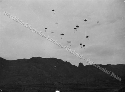 La discesa dei paracadute (© Archivio fotografico Luciano Giachetti - Fotocronisti Baita, Vercelli)