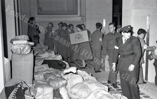 Il materiale accatastato nell'atrio della sede dell'Unione Industriale (Fondazione Cassa di Risparmio di Biella, archivio Lino Cremon)