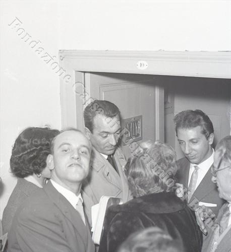 """Il popolare conduttore televisivo """"assediato"""" nel suo camerino (Fondazione Cassa di Risparmio di Biella, archivio Lino Cremon)"""