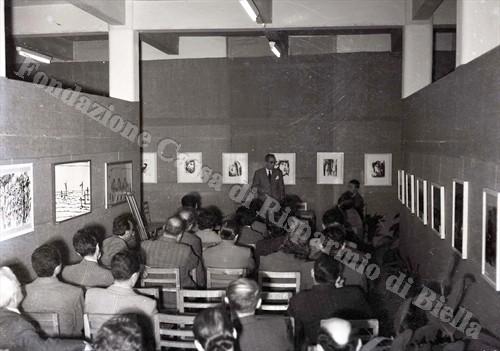La conferenza tenuta dal critico d'arte Raffaele De Grada (Fondazione Cassa di Risparmio di Biella, archivio Lino Cremon)