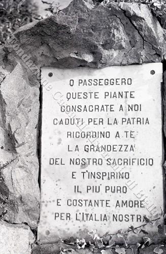 La lapide commemorativa collocata su un blocco di granito (Fondazione Cassa di Risparmio di Biella, archivio Lino Cremon)