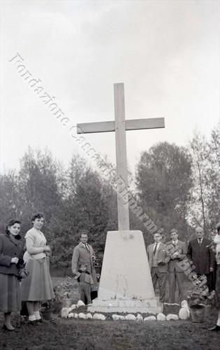 Una croce di speranza al Villaggio Lamarmora, 1955 (Fondazione Cassa di Risparmio di Biella, archivio Lino Cremon)