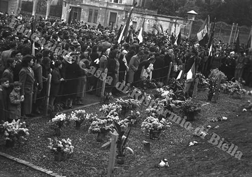 L'omaggio dei biellesi alla memoria dei partigiani caduti (Fondazione Cassa di Risparmio di Biella, archivio Cesare Valerio)