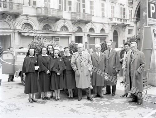 Il presidente del Sottocomitato biellese della Croce Rossa Giovanni Rivetti con collaboratori e crocerossine (Fondazione Cassa di Risparmio di Biella, archivio Lino Cremon)