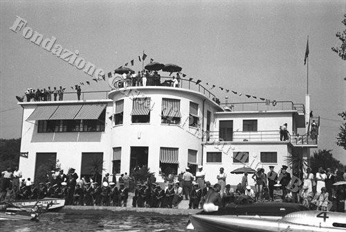 La sede della Motonautica Viverone, che oggi ospita il Bar Marinella (Fondazione Cassa di Risparmio di Biella, archivio Cesare Valerio)