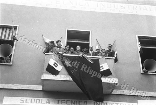 Il segretario del P.C.I. parla dal balcone del Liceo (Fondazione Cassa di Risparmio di Biella, archivio Cesare Valerio)