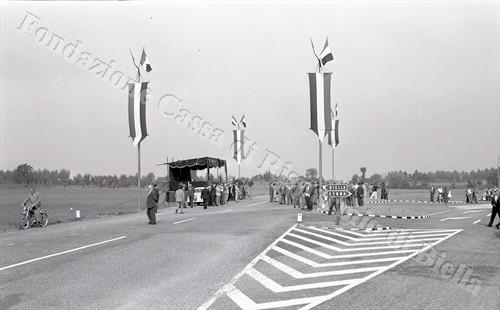 Il palco allestito nei pressi del bivio per Benna (Fondazione Cassa di Risparmio di Biella, archivio Lino Cremon)