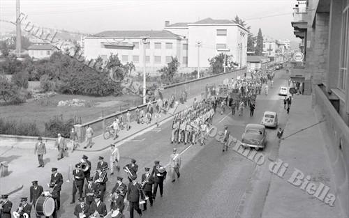 La sfilata del corteo lungo via Torino (Fondazione Cassa di Risparmio di Biella, archivio Lino Cremon)