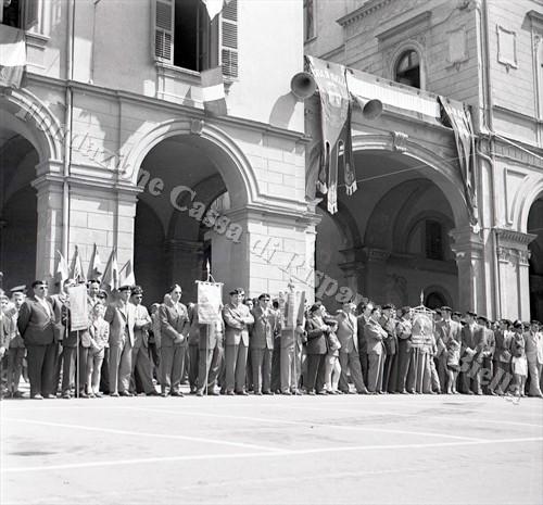 Le delagazioni A.N.C.I. presenti alla cerimonia (Fondazione Cassa di Risparmio di Biella, archivio Lino Cremon)