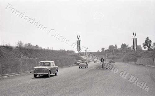 Le prime auto percorrono il nuovo tratto (Fondazione Cassa di Risparmio di Biella, archivio Lino Cremon)