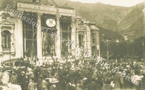 La folla di fedeli radunata di fronte al colonnato della Chiesa Nuova di Oropa in attesa della cerimonia di Incoronazione (Fondazione Cassa di Risparmio di Biella, archivio Cesare Valerio)