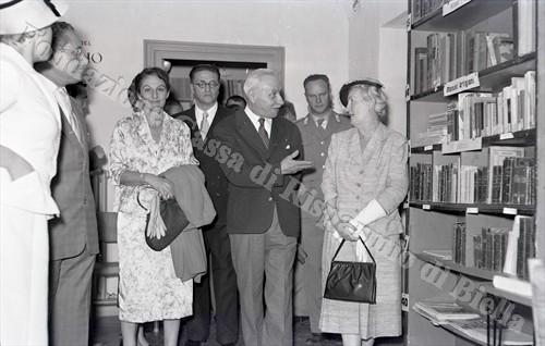 """La biblioteca """"B. Croce"""" di villa Colonnetti a Pollone, 1956 (Fondazione Cassa di Risparmio di Biella, archivio Lino Cremon)"""