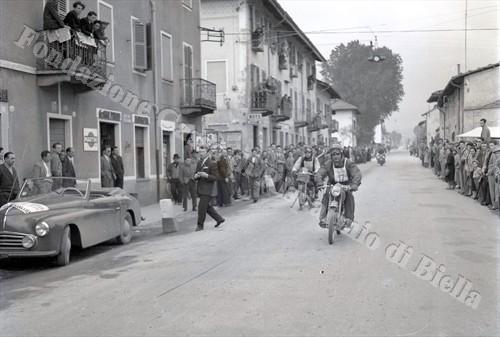 Due partecipanti all'Audax notturno lungo le strade di Vigliano (Fondazione Cassa di Risparmio di Biella, archivio Lino Cremon)