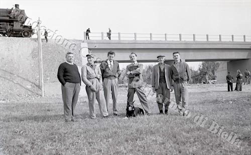 Tecnici e macchinisti posano per la foto-ricordo (Fondazione Cassa di Risparmio di Biella, archivio Lino Cremon)