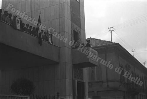 Gerarchi fascisti assistono ad una manifestazione studentesca dall'alto della Torre Littoria (Fondazione Cassa di Risparmio di Biella, archivio Cesare Valerio)
