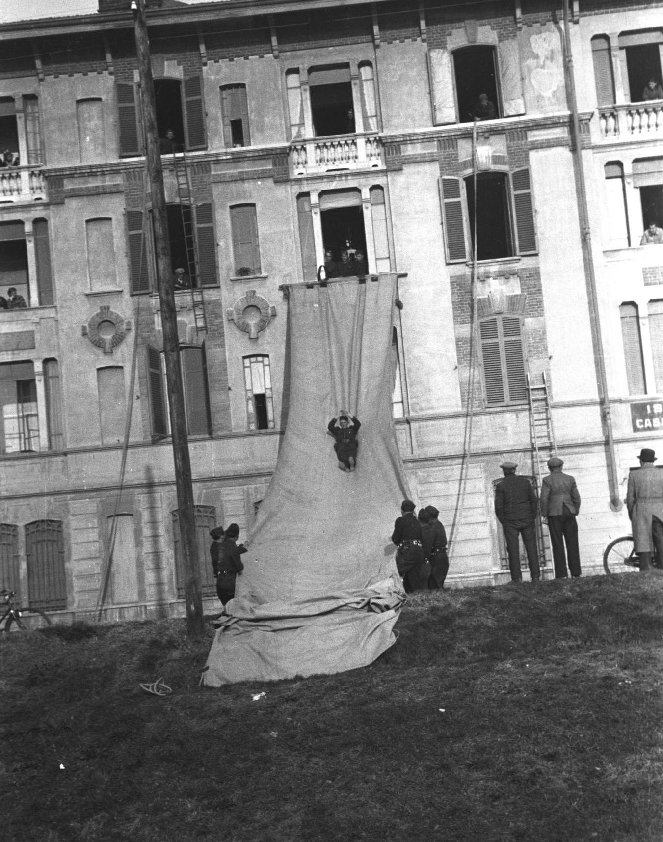 Esercitazione dei Vigili del Fuoco biellesi, anni Trenta (Fondazione Cassa di Risparmio di Biella, archivio Cesare Valerio)