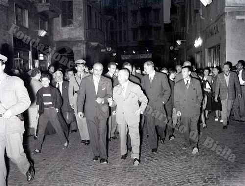 Ugo Angelino percorre via Italia invasa da biellesi entusiasti (Fondazione Cassa di Risparmio di Biella, archivio Lino Cremon)