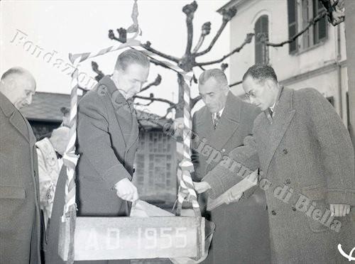 Giuseppe Pella alla posa della prima pietra del monumento ai Caduti di Valdengo (Fondazione Cassa di Risparmio di Biella, archivio Lino Cremon)