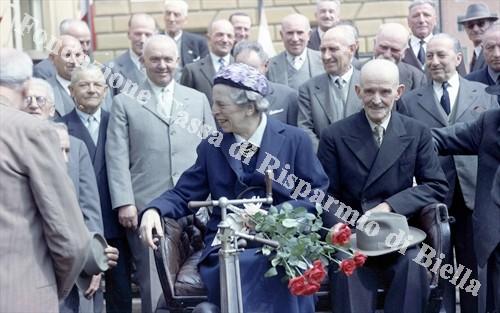 Biella festeggia i pionieri della guida, 1960 (Fondazione Cassa di Risparmio di Biella, archivio Lino Cremon)