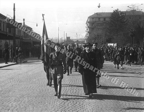 """Il 115° Battaglione M """"Montebello"""" sfila a Biella, primavera 1944 (Fondazione Cassa di Risparmio di Biella, archivio Cesare Valerio)"""