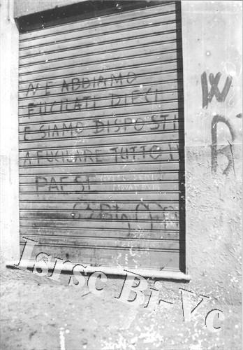 """Scritte minatorie lasciate dai militi della """"Tagliamento"""" a Borgosesia (Archivio fotografico dell'Istituto per la storia della Resistenza e della società contemporanea nel Biellese, nel Vercellese e in Valsesia, vol. E)"""