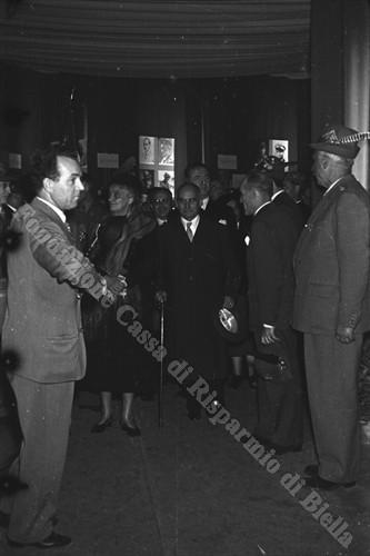 Il Presidente Einaudi e la moglie Ida accolti alla Mostra delle Truppe Alpine (Fondazione Cassa di Risparmio di Biella, archivio Cesare Valerio)