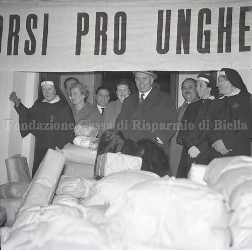 Il sindaco Blotto Baldo con alcuni volontari e crocerossine (Fondazione Cassa di Risparmio di Biella, archivio Lino Cremon)