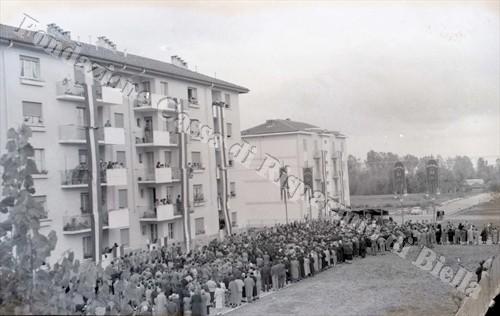 La folla partecipante all'evento (Fondazione Cassa di Risparmio di Biella, archivio Lino Cremon)