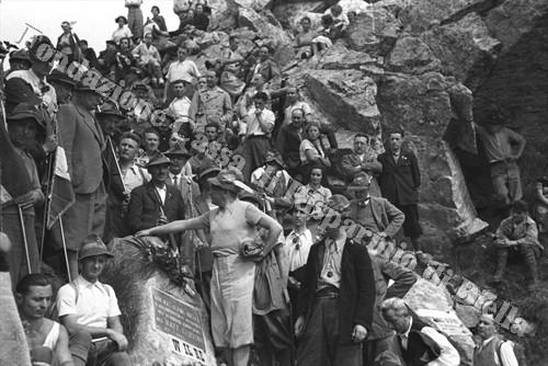 """L'omaggio alla lapide in ricordo dei Caduti del Btg. """"Cervino"""" (Fondazione Cassa di Risparmio di Biella, archivio Cesare Valerio)"""
