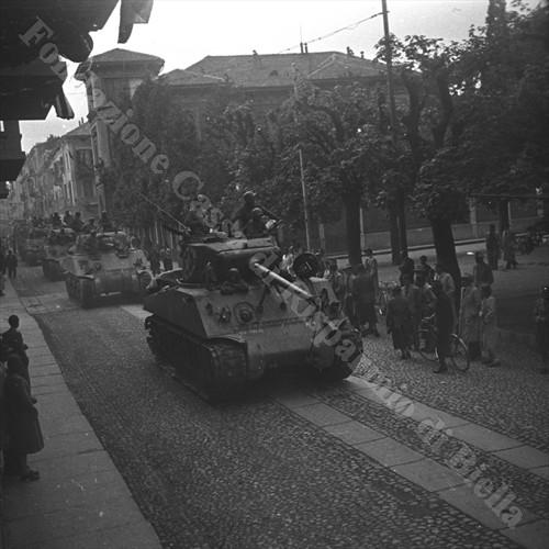 Carri Sherman americani sfilano in via Garibaldi (Fondazione Cassa di Risparmio di Biella, archivio Cesare Valerio)