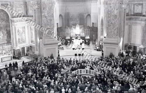 Un momento della cerimonia celebrata all'interno della Chiesa nuova (Fondazione Cassa di Risparmio di Biella, archivio Lino Cremon)