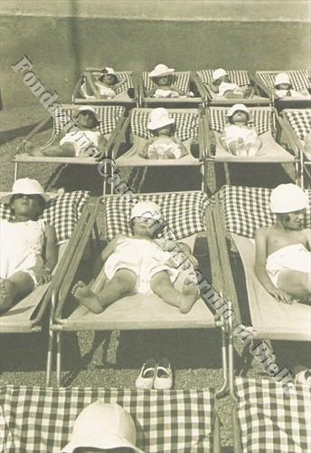 Piccoli ospiti della colonia estiva del Vandorno durante una seduta elioterapica (Fondazione Cassa di Risparmio di Biella, archivio Cesare Valerio)