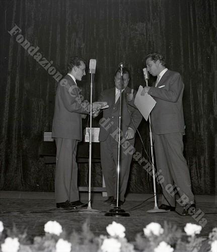 Un momento dello spettacolo andato in scena al Sociale il 12 novembre 1956 (Fondazione Cassa di Risparmio di Biella, archivio Lino Cremon)
