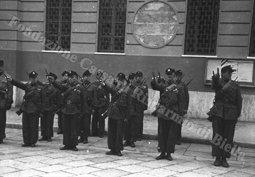 """Fascisti della Brigata Nera """"B. Ponzecchi"""" schierati di fronte alla Casa del Fascio di via Littorio (via Amendola) (Fondazione Cassa di Risparmio di Biella, archivio Cesare Valerio)"""