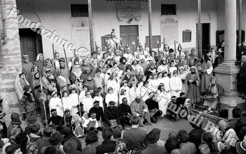 Foto di gruppo di figuranti e attori: al centro Melchiorre Buronzo (Fondazione Cassa di Risparmio di Biella, archivio Lino Cremon)