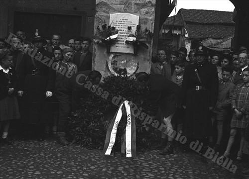 Commemorazione dei caduti di piazza San Cassiano, 25 aprile 1946 (Fondazione Cassa di Risparmio di Biella, archivio Cesare Valerio)
