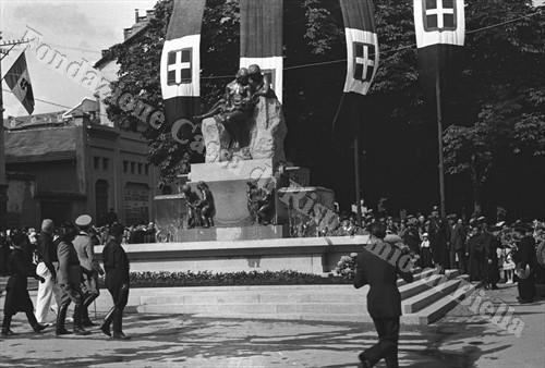 Il principe Umberto di Savoia osserva da vicino l'imponente opera (Fondazione Cassa di Risparmio di Biella, archivio Cesare Valerio)