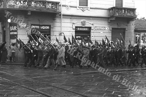 """Gli alpini del battaglione """"Mario Cucco"""" sfilano in via Torino (Fondazione Cassa di Risparmio di Biella,archivio Cesare Valerio)"""