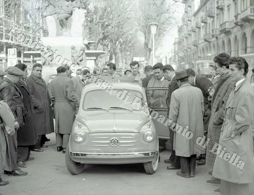La nuova Fiat 600 esposta di fronte alla Fons Vitae (Fondazione Cassa di Risparmio di Biella, archivio Lino Cremon)