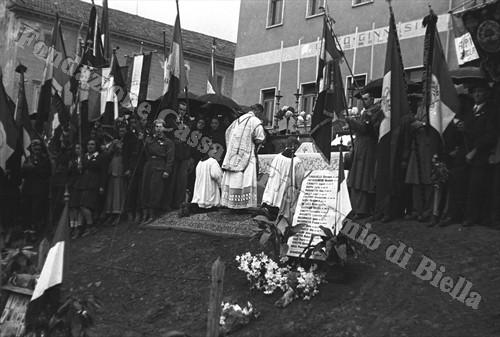Cerimonia commemorativa dei Caduti di piazza Martiri sul terrapieno del rifugio antiaereo nell'immediato dopoguerra (Fondazione Cassa di Risparmio di Biella, archivio Cesare Valerio)